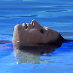 1-pregnant-lady-floating-in-pool